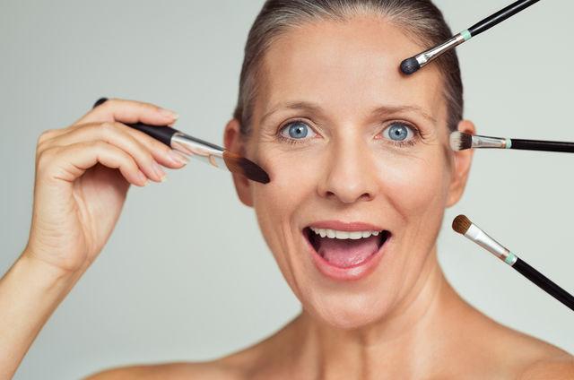 6 trucuri simple de machiaj pentru femeile de peste 50 de ani