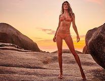 Alessandra Ambrosio e gata de plajă cu noile costume de baie: 17 imagini amețitoare
