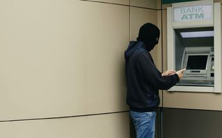 Un hoț neobișnuit: A jefuit o femeie la bancomat, dar i-a dat banii înapoi când a văzut ce sold avea - VIDEO