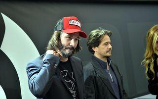 Ghici cine urcă la bord! Keanu Reeves, tipul cu care te întâlnești în autobuz