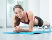5 exerciții care te ajută să arzi grăsimea de pe coapse și șolduri