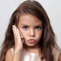 Ar trebui sa ii controlezi telefonul copilului tau sau nu?