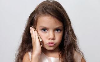 Ar trebui să îi controlezi telefonul copilului tău sau nu?