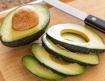 De ce să nu folosești un cuțit metalic pentru a tăia un avocado?