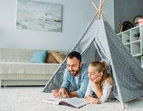 De ce ar trebui ca tații să le citească povești înainte de culcare copiilor