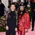 Harry Styles a purtat o cămașă transparentă, pantofi cu toc și cercel cu perlă la Gala Met
