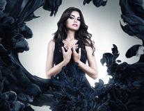 De ce le place atât de mult femeilor să se îmbrace în negru?
