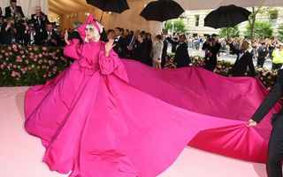 Lady Gaga merită un alt Oscar pentru intrarea dramatică de la Gala Met