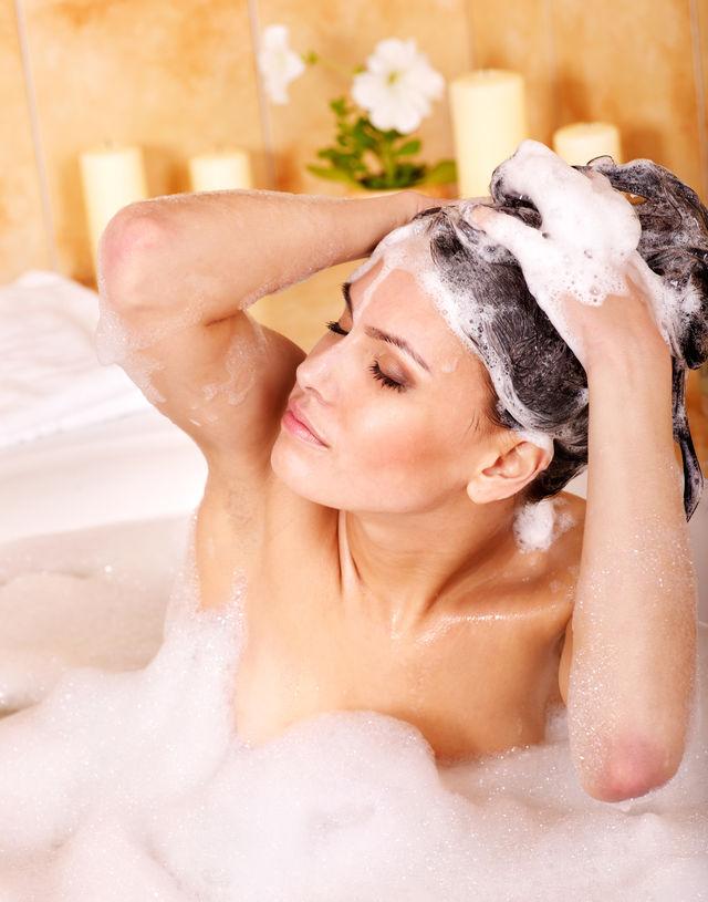 Cea mai mare greșeală pe care o faci când te speli pe cap