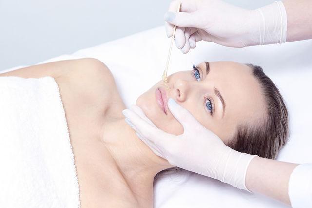Ce ar trebui să știi despre epilarea facială cu ceară