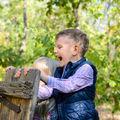 Cum să-ți înveți copilul bunele maniere când te face de râs în public