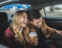 Dacă râdeți unul de altul, relația voastră poate deveni mai puternică