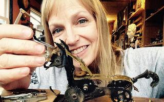 Talent pur: Artistul care transformă piesele ceasurilor vechi în figurine ireale