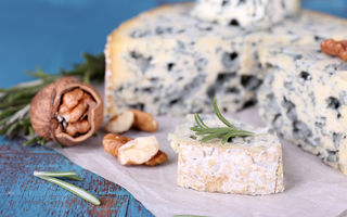 3 tipuri de brânză cu mucegai care te ajută să te obișnuiești cu gustul aparte