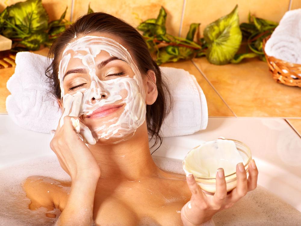 Cum să-ți faci un tratament facial acasă în cinci pași