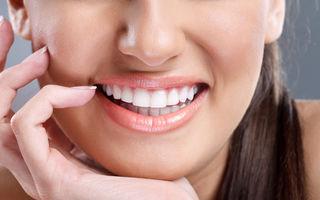 Cum să-ți faci pudră naturală pentru albirea dinților