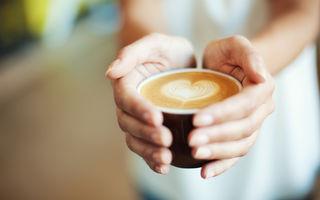 Bei cafeaua cu lapte și zahăr? Iată în ce ordine ar trebui să le adaugi