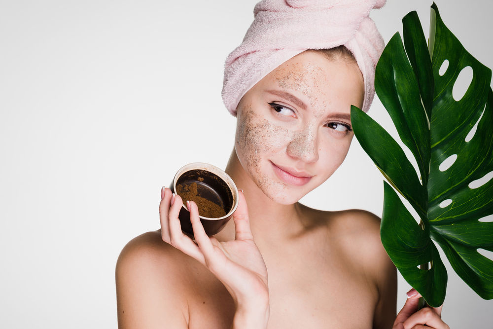 Cum să-ți faci un scrub cu cafea pentru față și corp