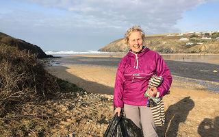"""""""Războinica gunoaielor"""": Femeia de 70 de ani care a curățat 52 de plaje într-un an după ce a văzut un film despre poluarea cu plastic"""