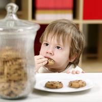 Este o idee buna sa lasi copilul sa se serveasca singur cand vrea o gustare?