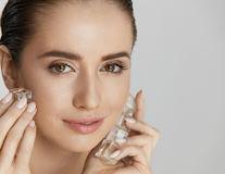 Secrete de vară: cum folosești cuburile de gheață pentru o piele sănătoasă