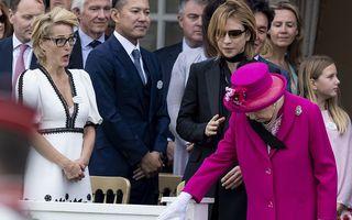 """Eșarfa dusă de vânt pe umărul Reginei Angliei, scena ca în """"Dosarele X"""" care a uimit-o pe Gillian Anderson"""