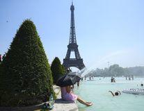 Canicula sufocantă topește Parisul: Cum înfruntă francezii valul de căldură extremă