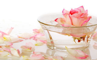 Apa de trandafiri elimină acneea: 4 rețete eficiente