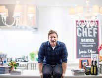 Acasă la Jamie Oliver: Starul a dat afară 1.000 de angajați și se mută într-un conac vechi de 450 de ani