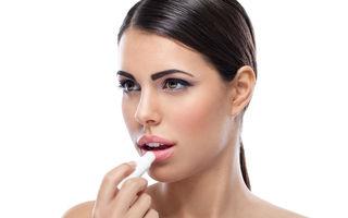 Ești dependentă de balsamul de buze? Ce efecte negative are și cum să-l folosești corect