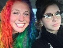 Cele două surori care au cucerit Twitter-ul. Au aceleași gene, dar sunt complet diferite!