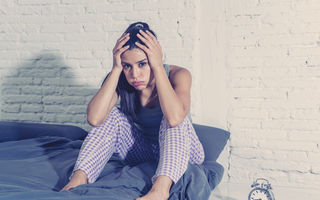 10 trucuri care te ajută să dormi mai bine în nopțile sufocante de vară