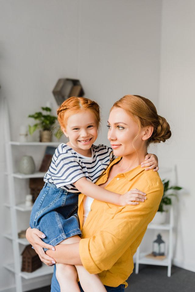 Studiu. Mamele singure fac mai puține treburi casnice și dorm mai mult decât mamele căsătorite