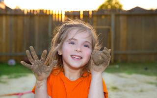 Copiii care se joacă în nisip şi noroi devin adulţi mai sănătoşi şi mai puternici, conform studiilor
