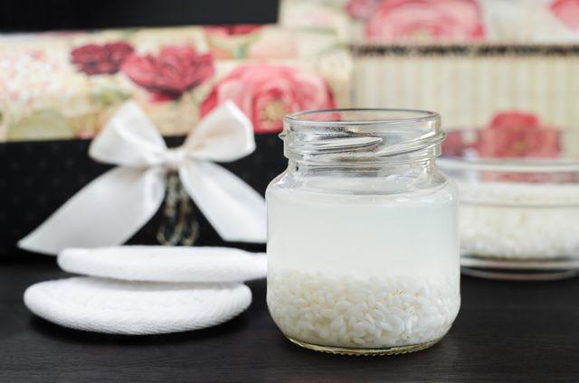 Apa de orez îți face părul rezistent și strălucitor. Află ce este și cum să o folosești