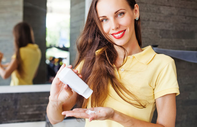 Șamponul uscat este nociv pentru păr? Ce spun specialiștii