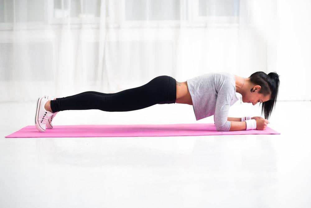 6 exerciții simple pentru acasă care te ajută să arzi rapid grăsimea