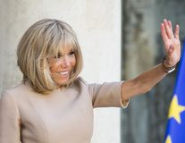 """Brigitte Macron, frumusețe """"cu forța"""" la 66 de ani: Prima Doamnă a Franței zâmbește din nou după operația estetică de trei ore"""