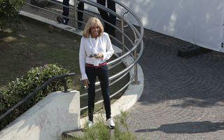 Brigitte Macron își neagă vârsta după operația estetică: Prima Doamnă a Franței, în jeanși și pantofi sport - FOTO