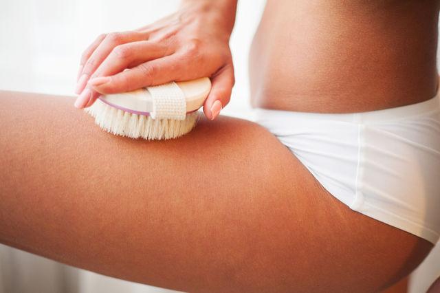 Ce este periajul uscat al corpului și cum te ajută să scapi de celulită