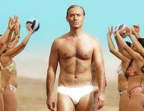 """Jude Law, noul papă în chiloți: Starul provoacă imaginația femeilor în primul trailer al noului sezon al serialului """"The Young Pope"""""""