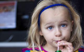 Cum să-ți înveți copilul să aleagă băuturi sănătoase