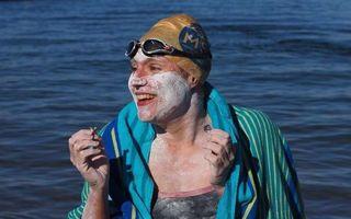 Lecția uimitoare a unei femei puternice: A învins cancerul de sân, apoi a traversat înot de patru ori Canalul Mânecii, fără oprire