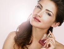 Cum să alegi corect parfumul. Diferența dintre parfum, apă de toaletă sau eau fraiche