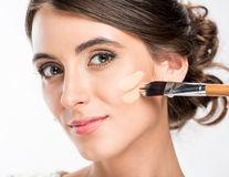 5 greșeli pe care le faci când folosești fondul de ten, potrivit makeup artiștilor