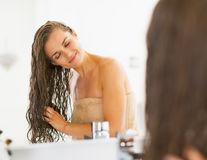3 rețete pentru clătirea părului care îți vor transforma podoaba capilară
