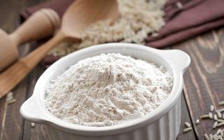 Făina de orez elimină cearcănele și înlocuiește placa de îndreptat părul