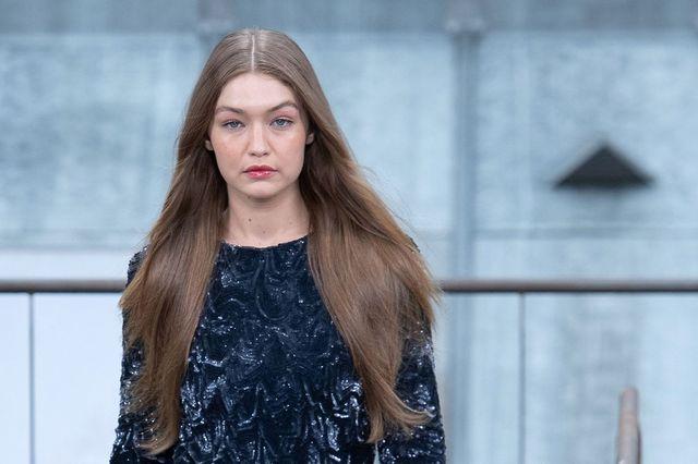 Gigi Hadid, model și agent de securitate: A scos o intrusă de pe scenă la prezentarea Chanel