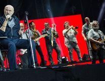 Imaginile neputinței: Phil Collins, în scaunul cu rotile. Starul a căzut pe scenă