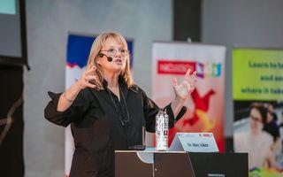 """Peste 700 de părinți și profesori au fost alături de Dr. Mary Aiken, expert mondial în cyberpsihologie, în cadrul conferinței """"The Cyber Effect"""""""